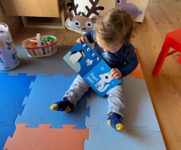 bébé joue avec un livre