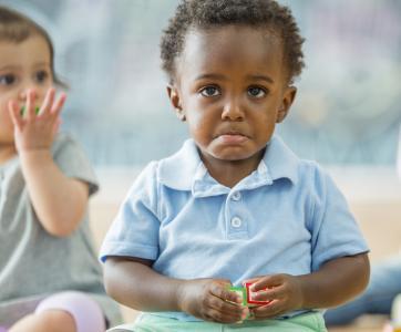 jeune enfant triste à la crèche
