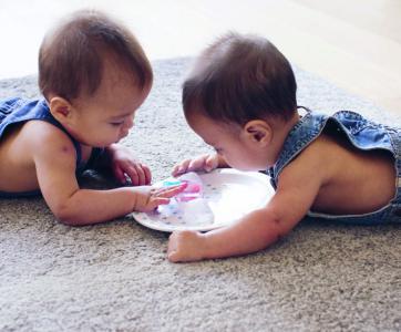 Bébés qui jouent avec des glaçons
