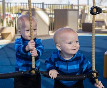 jumeaux sur aire de jeux