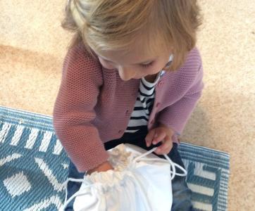 Enfant qui joue à la main dans le sac