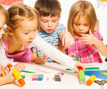enfants qui font un jeu coopératif