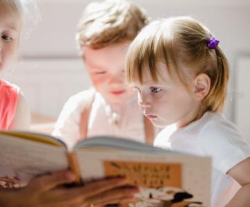 groupe d'enfants  avec un livre