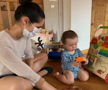 pro masquée avec bébé