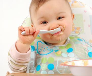 bébé qui mange seul à la cuillère