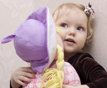 Enfant avec poupée