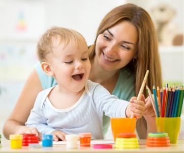 assistante maternelle avec un petit enfant