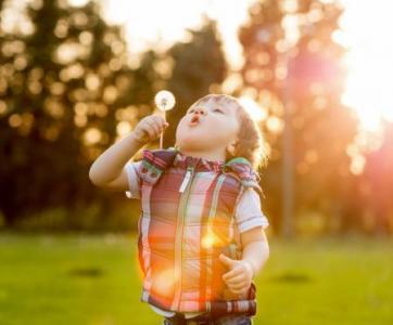 enfant jouant dehors