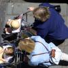 Assistantes maternelles poussant des poussettes