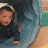 petit garçon qui joue dans un tube