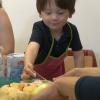 enfants qui confectionnent un gâteau