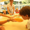 enfants et adultes autour d'une table