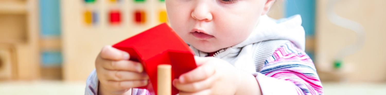 enfant avec un jouet Montessori