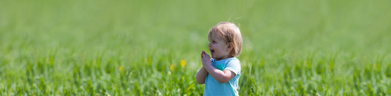 petite fille qui joue dans la nature