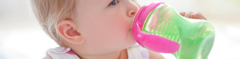 petite fille boit